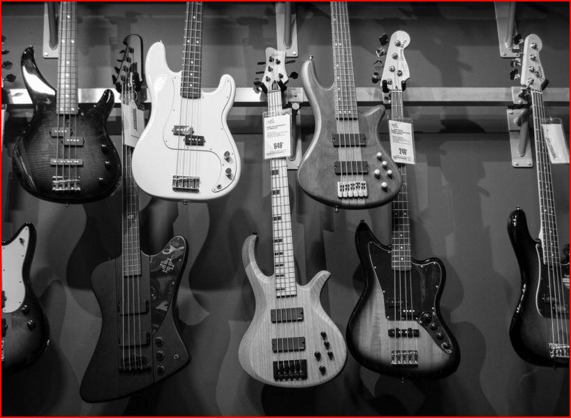 Vägg med gitarrer.