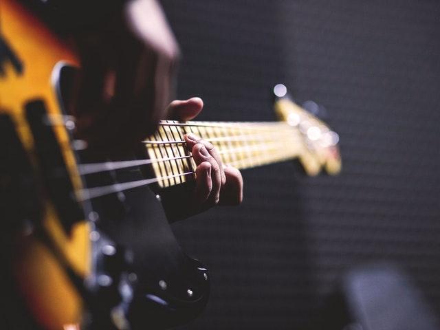 Någon spelar gitarr